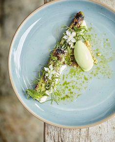 Grilled asparagus & goats curd. Another incredible dish by the one michelin starred restaurant Benoit & Bernard De Witte (@benoit_dewitte) in Ghent, Belgium. #gastroart