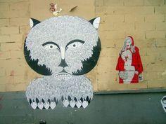 Rue de la Forge-Royale (Paris XIe). Une des pin up de Paddy en petit chaperon rouge à côté du grand méchant loup de Fred Le Chevalier. DR
