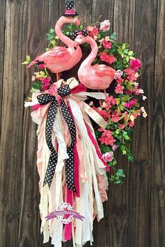 Everyday front door decorations wreath tutorial ideas for 2019 Summer Door Decorations, Summer Door Wreaths, Holiday Wreaths, Wreaths For Front Door, Front Porch, Flamingo Decor, Flamingo Party, Flamingo Beach, Wreath Crafts