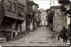 Süleymaniye camiinden aşağı Eminönü'ne inen ara yol olmalı. 1920li yıllar.