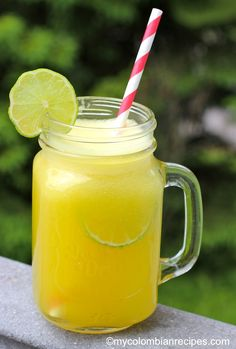 Limonada de Piña (Pineapple Limeade) This sounds soooo refreshing! Colombian Drinks, My Colombian Recipes, Colombian Food, Fruit Drinks, Non Alcoholic Drinks, Healthy Drinks, Cold Drinks, Beverages, Cocktails