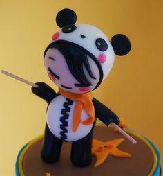 Bambino travestito da panda, interamente realizzato a mano in pasta di zucchero. Dettaglio della torta Batteria.  Pan di spagna alla Vaniglia, crema Chantilly e scaglie di cioccolato. Per info: http://www.fashion-cakes.com/