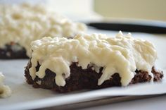 Double chocolatey brownies with a creamy coconut topping. Tastes like an almond joy! Cookie Desserts, Just Desserts, Delicious Desserts, Yummy Food, Brownie Recipes, Cookie Recipes, Dessert Recipes, Dessert Ideas, Almond Joy Brownies