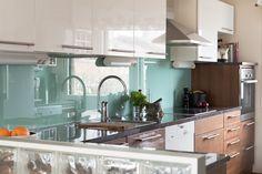 Kivitasot, välitila lasia, paljon työskentelytasoa Kitchen Cabinets, Decor, Kitchen, Home, Cabinet, Home Decor