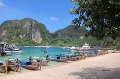 Going island hopping around Phi Phi Leh in Thailand? Use my experience of island hopping as a guide! Honeymoon Destinations, Amazing Destinations, Honeymoon Tips, Affordable Honeymoon, Honeymoon Vacations, Dream Vacations, Budget Friendly Honeymoons, Orlando, Moustiers Sainte Marie