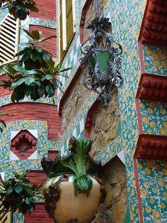 Vila de Gràcia Casa  Vicens  de Gaudí , Barcelona Catalonia --- La arquitectura de este edificio esta muy interesante y creativa. Ellos no contruen edificos como esto en EE.UU