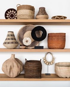 Marianne Luning (@marianneluning) op Instagram: 'Wonderfull world gathering of baskets! Made for @vtwonen #magazine @stankoolen #photography on…' Basket Shelves, Display Shelves, Display Cases, Shelving, Earthy Decor, Rustic Decor, Home Decor Shelves, Comfort Design, Displaying Collections