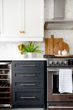 Modern And Trendy Kitchen Cabinets Ideas And Design Tips – Home Dcorz Kitchen Cabinet Colors, Kitchen Cabinetry, Kitchen Redo, Home Decor Kitchen, Interior Design Kitchen, New Kitchen, Home Kitchens, Kitchen Remodel, Kitchen Ideas