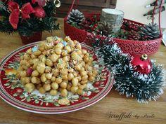 I ciariegl' o struffoli sono piccoli dolci fritti , passati nel miele, tipici della tradizione natalizia dell'Italia meridionale, che richiamano la ricchezza e l'abbondanza.
