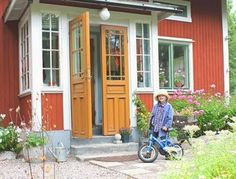 Verandan efter, komp Red Cottage, Cottage Homes, Porch Veranda, Yellow Doors, Swedish House, Cabins And Cottages, Swedish Design, Tiny House Living, Scandinavian Home