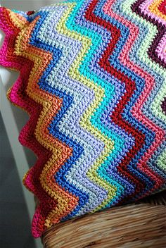 scrappy chevron pillow--just a pic for inspiration--what a great way to use up scraps Crochet Home, Knit Or Crochet, Learn To Crochet, Yarn Projects, Crochet Projects, Crochet With Cotton Yarn, Crochet Cushions, Chevron Pillow, Manta Crochet