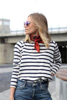 marinière, jean taille haute, foulard au cou