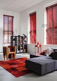 Houten Jaloezieën: Natuurlijke warme sfeer in jouw huis. Nu ook in rode pianolak met hippe geruite ladderband.