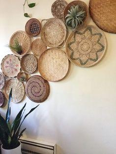 how to create and install a basket wall Diy Wall Decor, Bedroom Decor, Diy Wall Art, Art Decor, Creation Deco, Boho Living Room, Basket Decoration, Baskets On Wall, Wall Basket
