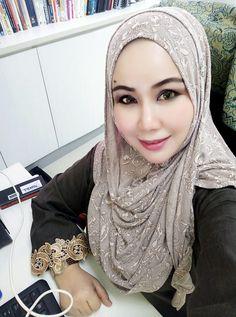 PRETTY MUSLIMAH Muslim Beauty, Headscarves, Ootd Hijab, Beautiful Hijab, Muslim Women, Covergirl, Hijab Fashion, Queens, Lady