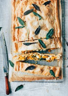 Hartige strudel met pompoen, spinazie en Vegan feta - 👉🏼Vegan makes almost everything healthy😎 Strudel, I Love Food, Good Food, Yummy Food, Healthy Diners, Veggie Recipes, Healthy Recipes, Diner Recipes, Feta