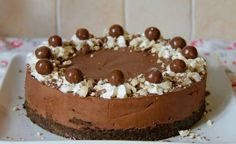 This delicious, chocolatey, no-bake chocolate Malteser cheesecake is a perfect showstopper for any occasion! Malteaser Cheesecake, Rolo Cheesecake, Chocolate Cheesecake, Cheesecake Recipes, Dessert Recipes, Chocolate Malt, Chocolate Crunch, Maltesers Chocolate, Chocolate Powder