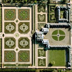"Het Loo Palace is located in Apeldoorn, Netherlands. ""The Great Garden,"" situated behind the residence, follows the general Baroque landscape design formula: perfect symmetry, axial layout with radiating gravel walks, parterres with fountains, basins, and statues. 52.234167°N 5.945833°E"