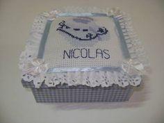 Linda caixa para presente! Caixa em MDF, forrada em tecido, com tampa almofadada, personalizada, bordada em ponto-cruz. Ideal para sapatinhos de bebê! R$ 20,00