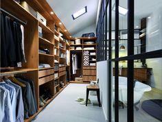 Un dressing imitation bois et ouvert sur la salle de bains par une verrière pour plus de cachet.