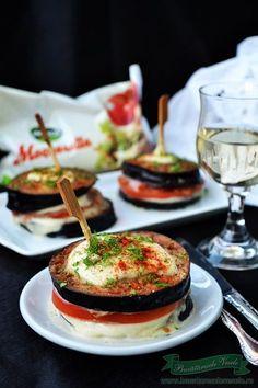 Turnulete de Vinete si Mozzarella, o gustare – aperitiv ce se prepara usor si rapid. Mozzarella pur si simplu iubeste legumele. O poti folosi si in alte combinatii la paste, la pizza, sendvisuri,Cartofi noi cu ciuperci, Mozzarella pane … te las pe tine sa imi spui la ce ai mai folosi acest delicios Mozzarella !!! Timbale Recipe, Mozzarella, Appetizer Recipes, Appetizers, Romanian Food, Caprese Salad, Bon Appetit, Allrecipes, Foodies