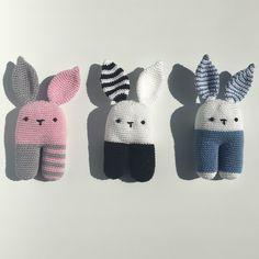 Rammelaar KONIJN - Muffie & Snuffie - gehaakt - knuffel - handgemaakt - veiligheidsoogjes - baby - zwanger - kraamkado Crochet Bunny, Crochet Dolls, Knit Crochet, Baby Knitting Patterns, Loom Knitting, Doll Crafts, Crochet Gifts, Crochet Projects, Rabbits