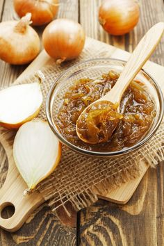 DIY Food Preservation Tips and Recipes : This savory sweet caramelized onion jam recipe is a great way to preserve onions from the garden. Homestead ~ canning ~ food preservation -Read More – Onion Marmalade Recipes, Onion Recipes, Jam Recipes, Canning Recipes, Real Food Recipes, Onion Jelly Recipe, Sweet Onion Relish Recipe, Preserving Recipe, Honey Recipes