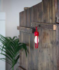 Salone di Bellezza: cassone da spedizione in legno di recupero riadattato a portacappotti da ingresso