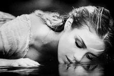 Acredito que quando alguém chora sem motivo, é para aliviar todas as vezes que ela engoliu o choro e colocou um sorriso falso em seu rosto. - [Caio F. Abreu]