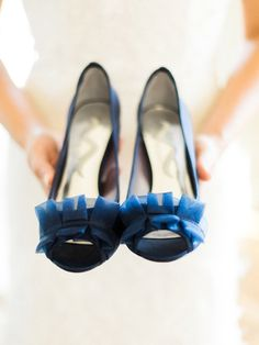 Bride holding her shoes #composition #depthoffield