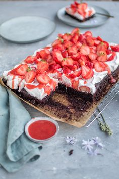 Strawberry cake with chocolate almond base: Hello strawberry time ⋆ Crunchy room cake wedding cake kindergeburtstag ohne backen rezepte schneller cake cake Baking Recipes, Cake Recipes, Dessert Recipes, Food Cakes, Cup Cakes, Cake & Co, Summer Desserts, Summer Drinks, Cakes And More