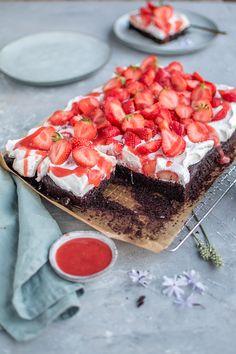 Strawberry cake with chocolate almond base: Hello strawberry time ⋆ Crunchy room cake wedding cake kindergeburtstag ohne backen rezepte schneller cake cake Baking Recipes, Cake Recipes, Dessert Recipes, Cake & Co, Food Cakes, Cup Cakes, Summer Desserts, Summer Drinks, Cakes And More