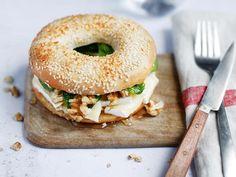 Recette de saison : le bagel au brie, miel et noix - Sandwich Recipes, Veggie Recipes, Vegetarian Recipes, Healthy Recipes, Bagel Sandwich, Brie, Good Food, Yummy Food, Food Inspiration