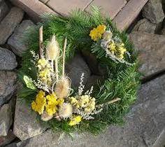"""Képtalálat a következőre: """"dušičkový věnec"""" Funeral Flowers, Primitive Christmas, Burlap Wreath, Flower Pots, Lanterns, Christmas Wreaths, Centerpieces, Projects To Try, Bouquet"""