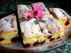 Die Kirschen an den Bäumen werden langsam, aber sicher rot, also teile ich heute als Inspiration das Rezept für meinen Biskuitkuchen mit Kirschen mit euch. Ich mag diesen Kuchen sehr. Den Teig mache ich immer gleich, nur das Obst wechsle ich ab. Am besten mag ich diesen Kuchen mit Kirschen, weil er saftig und lecker ist, aber mit Erdbeeren oder Himbeeren ist er auch nicht schlecht. Er ist auf jeden Fall probierenswert. :)