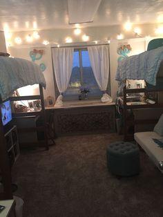 40 cute loft beds college dorm room design ideas for girl 28 College Bedroom Decor, College Dorm Rooms, College Dorm Decorations, Uga Dorm, Lofted Dorm Beds, Dorm Futon, Small Apartment Bedrooms, Dorm Room Designs, Dorm Room Layouts