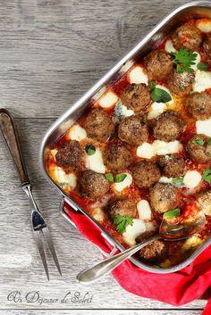 Boulettes de viande à la tomate et à la mozzarella Pour les boulettes : 360 g de viande de boeuf hachée 130 g de mie de pain de campagne 1 oeuf (60 g) 2 cs de parmesan  persil farine ou farine de maïs pour enrobage lait, sel et poivre huile d'olive  Pour la sauce : 400 g de tomates concassées en boîte ou de coulis 150 g de mozzarella 5 dés de chèvre 1 gousse d'ail coupées en deux huile d'olive vierge extra sel, 1/2 piment oiseau