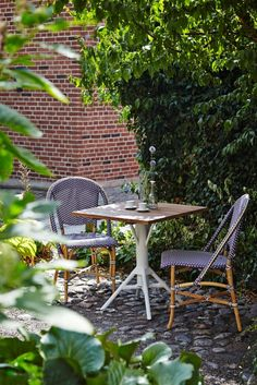 SOFIE korowe krzesła kawiarniane Plum i stół NICOLE  z teakowym blatem.