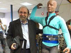 O neurocientista Miguel Nicolelis e seu exoesqueleto robótico