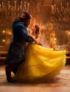 El vestido de Emma Watson en el cartel de La Bella y la Bestia lleva un vestido amarillo con mucho movimiento.