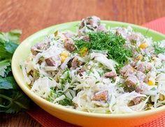 Салат с отварным филе и сухариками