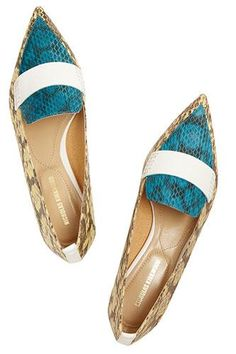 13 pointed flats to sharpen your shoe game! Everyone knows I love a good pair or pointed -toe flats :) Cute Shoes, Me Too Shoes, Shoe Boots, Ankle Boots, Low Heel Shoes, Flat Shoes, High Heels, Chic Chic, Pointed Toe Flats