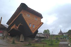 Home Design, Top Extremely Unique House In This World : Fabulous Brown Wooden Style Extremely Unique House Up Side Down Architecture Models, House Design, Unique House Unique Buildings, Amazing Buildings, Amazing Houses, Interesting Buildings, Unique House Design, Unique Home Decor, Houses In Poland, Upside Down House, Crazy Home