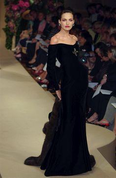 Yves Saint Laurent at Couture Fall 2001 - Runway Photos Velvet Fashion, Dark Fashion, 90s Fashion, Couture Fashion, Runway Fashion, Fashion Show, Fashion Outfits, Fashion Design, Vintage Vogue