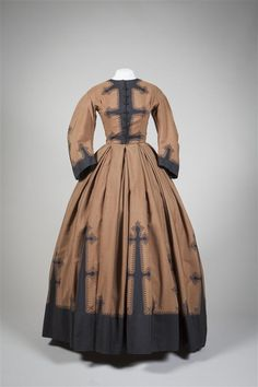 Day dress, Brown wool printed with decorative motifs in black, very wide skirt. Gemeente Museum, the Hague, via Europeana Fashions. 1800s Clothing, Antique Clothing, Historical Clothing, Victorian Gown, Victorian Fashion, Vintage Fashion, Vintage Gowns, Vintage Outfits, Mädchen In Uniform