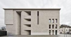 Nel 2010, poco prima che il Prof. Arch. Othmar Barth decedesse all'età di 83 anni, affidò il suo incarico relativo alla ristrutturazione e all'ampliamento della sede centrale della Cassa Raiffeisen di Lana ai suoi due ex studenti, Thomas Höller e Georg...