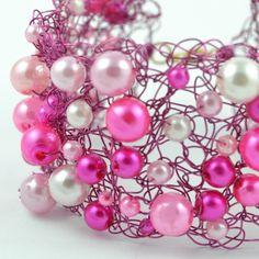 Bredt armbånd av heklet rosa kobbeltråd med rosa perler #jewelry