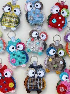Μωσαϊκό: Ο χρήστης Maria Dimitriou κοινοποίησε τη δημοσίευσ... Owl Crochet Patterns, Crochet Birds, Crochet Animals, Amigurumi Patterns, Diy Crochet, Crochet Baby, Crochet Key Cover, Crochet Keychain Pattern, Crochet Accessories