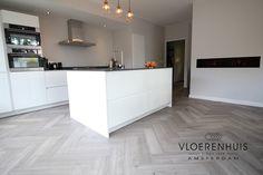 Visgraat in een keuken. Moderne keuken met een visgraat vloer. Houten vloer / parket is de keuken ? Goede idee maar een PVC vloer is misschien wel een beter idee. Grijze visgraat vloer als keukenvloer.