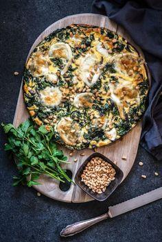Deze spinazie quiche bevat erg weinig koolhydraten en naar verhouding wat meer vet. Daarnaast is deze quiche met spinazie goed voor 250 gram groente per persoon en bevat hij een compleet pakket aan eiwitten. Het recept is eenvoudig om te maken en het grootste gedeelte van de bereiding staat de quiche in de oven. Veel...Lees verder